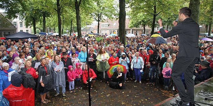 Sjors van de Panne dirigeert grote koor op Marktplein Middenbeemster